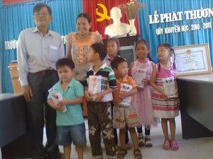 Hinh_anh0490_Cac_em_Mam_non_nhan_thuong_Khuyen_hoc_cua_Truong_TH_So_I_Hoa_Thanh_8g10_ngay_2482011.jpg